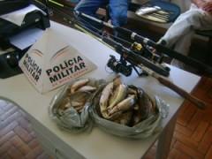 Peixes foram descartados e materiais apreendidos (Foto: Polícia Militar de Meio Ambiente/Divulgação)