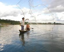 pesca com rede em balbina am