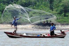 pescador artesanal profissional arremesssando rede de pesca