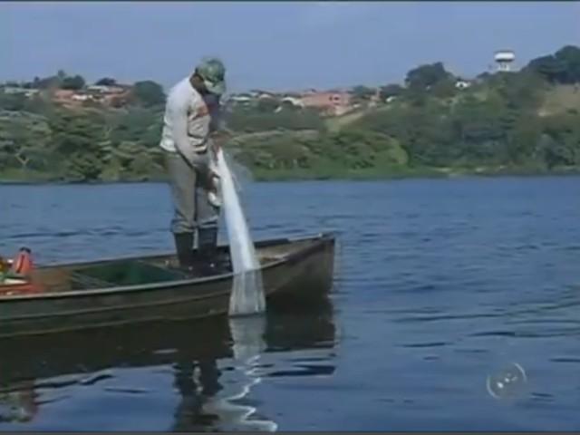 pescador no rio tiete