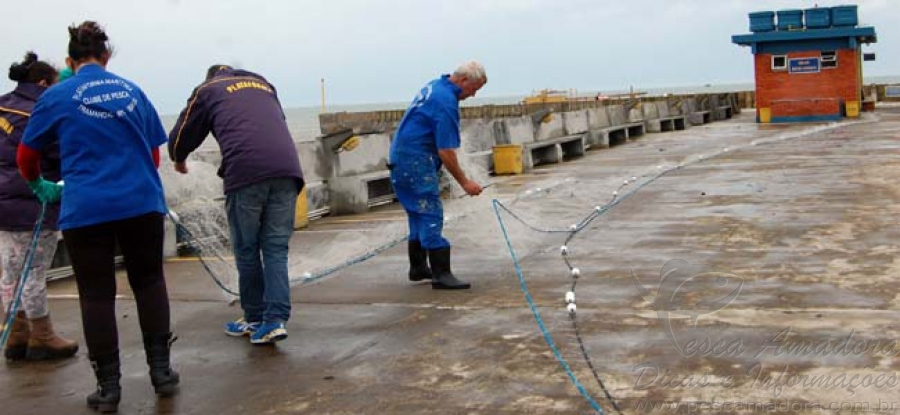 rede de pesca fica presa em plataforma